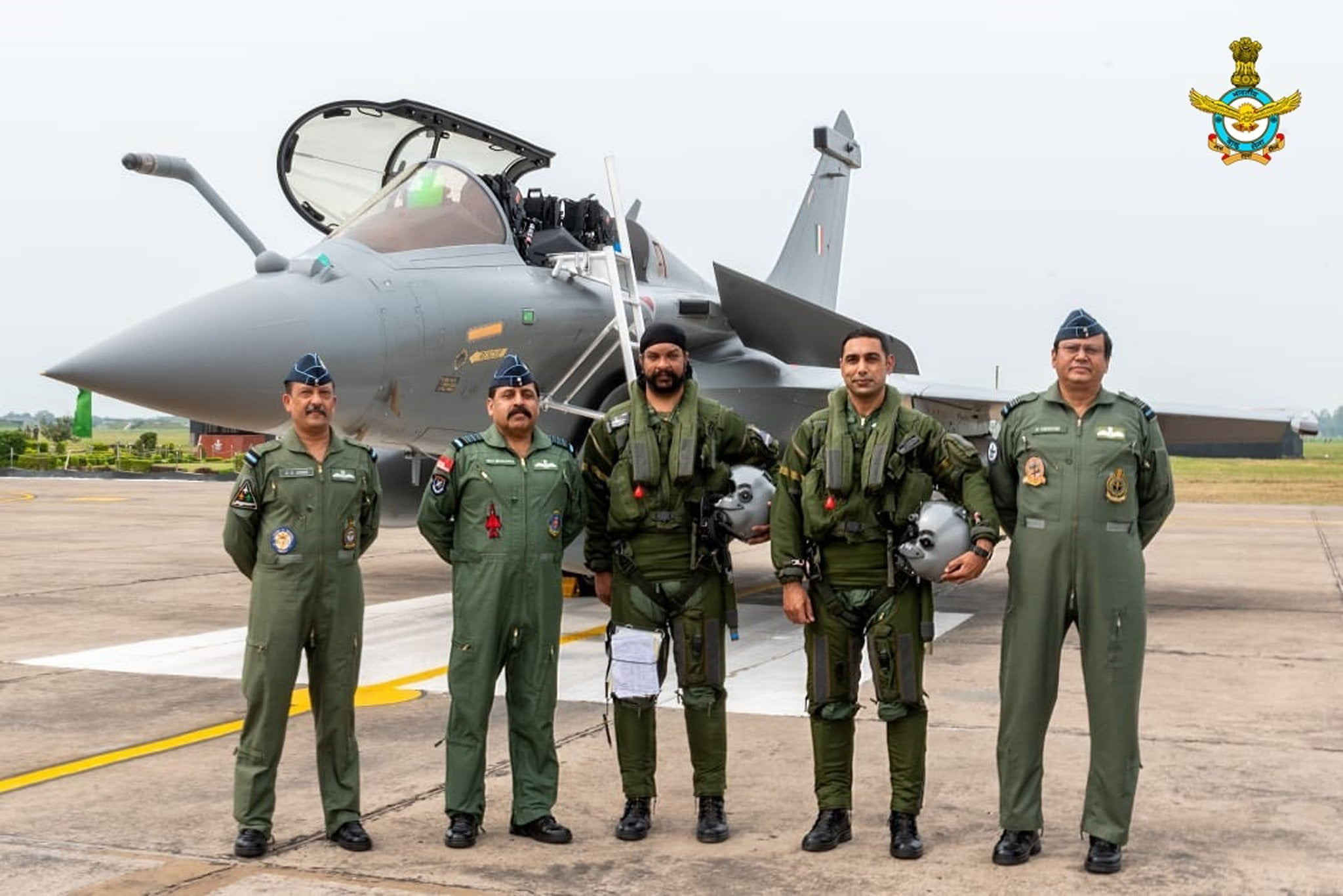 IAF chief with Rafale pilots